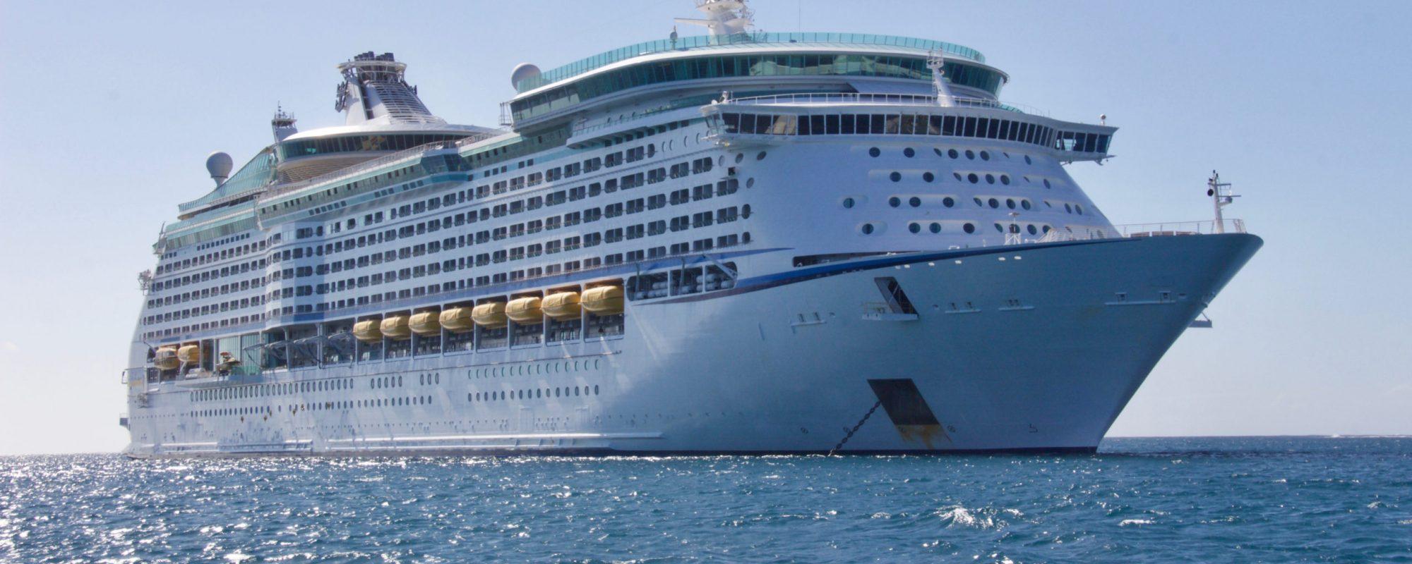 white-cruise-ship-813011